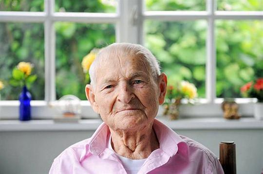 pink triangle dies, rudolf brazda, rudolf brazda dies, gay holocaust survivors, gay holocaust survivor dies