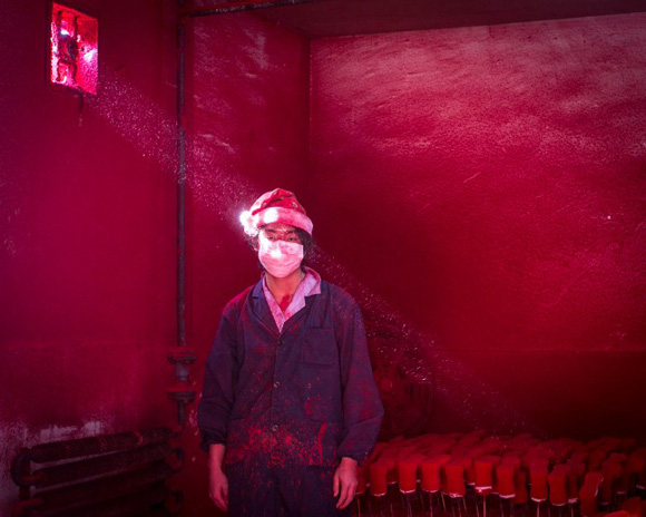 these-20-award-winning-photos-12, world press photo, world press photo contest, chinese, china, chinese factory worker, christmas ornament, christmas ornament factory, chinese factory, santa hat, red santa hat, chinese factory worker
