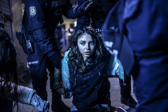 these-20-award-winning-photos-3, turkey, turkish protestor, turkish girl,