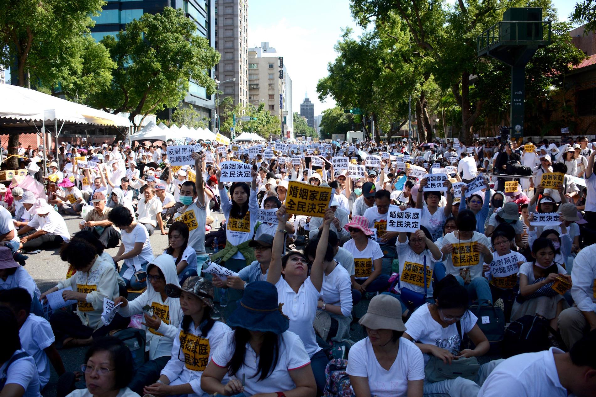 台灣同志婚姻反對民眾於立法院前聚集抗議