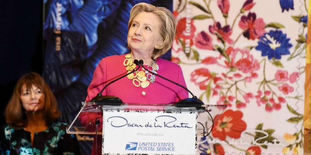 Hillary Clinton Makes Rare New York Appearance to Honor Oscar de le Renta (Video)
