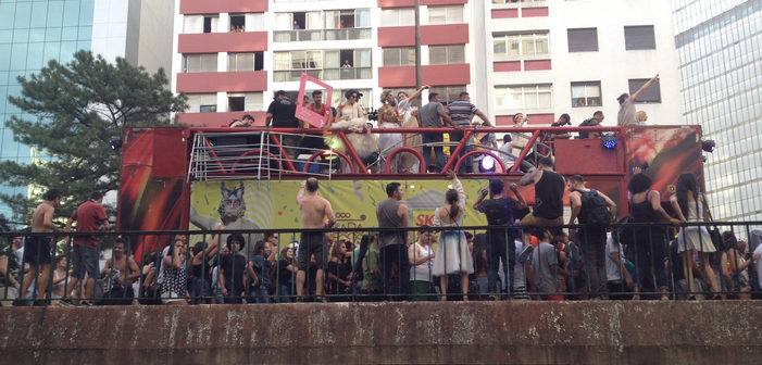 Carnival 2017 São Paulo: 65,000 Partiers and 1 Super Sexy #HornetGuy (Photos)