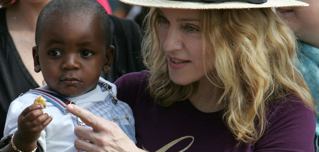 Apesar de Perguntas Desconfortáveis, Madonna Adota Gêmeas do Malawi