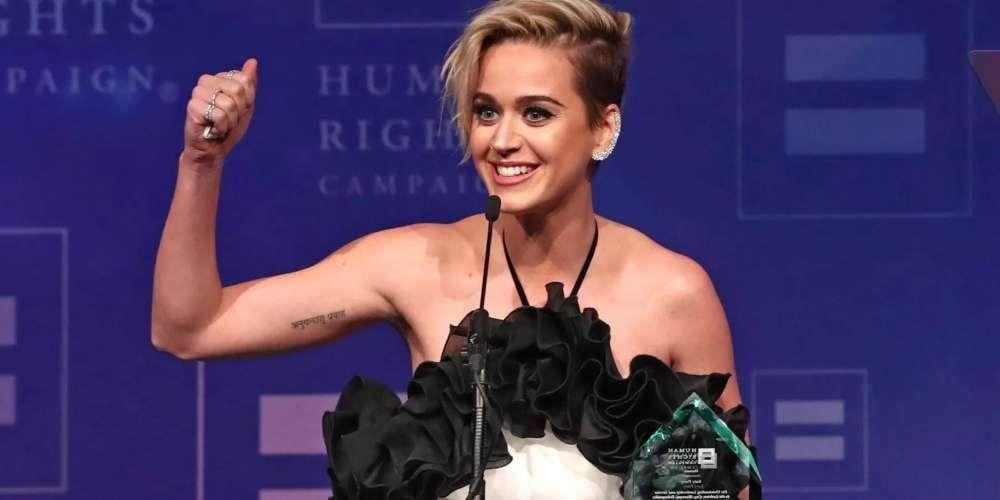 Katy Perry confie qu'elle a fait plus que juste «embrasser une fille» (Vidéo)