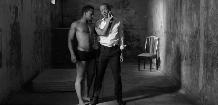 Cinq vidéos de Nakhane Touré, chanteur sud-africain gay et acteur principal des 'Initiés'