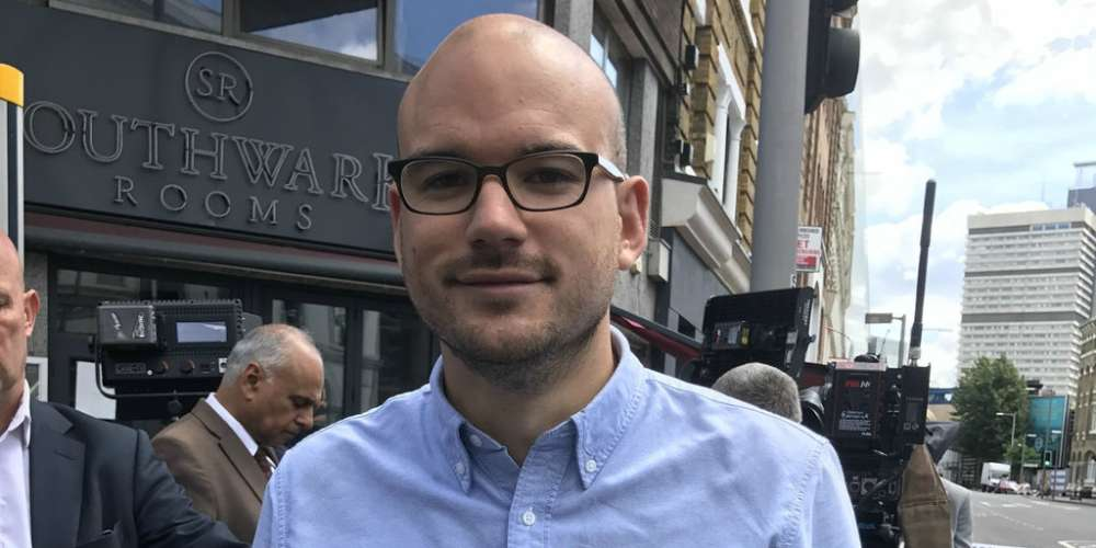 """ผู้ก่อการร้ายจะไม่ได้รับชัยชนะ: ชายคนหนึ่งสัญญาที่จะ""""จีบผู้ชาย""""ต่อไปหลังจากเหตุการณ์การโจมตีที่เมืองลอนดอน"""