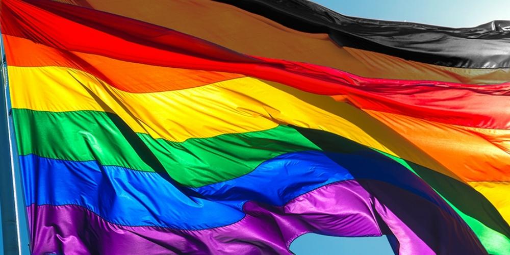 Les LGBT sont plus ouverts sur les questions raciales que les hétéros cisgenres
