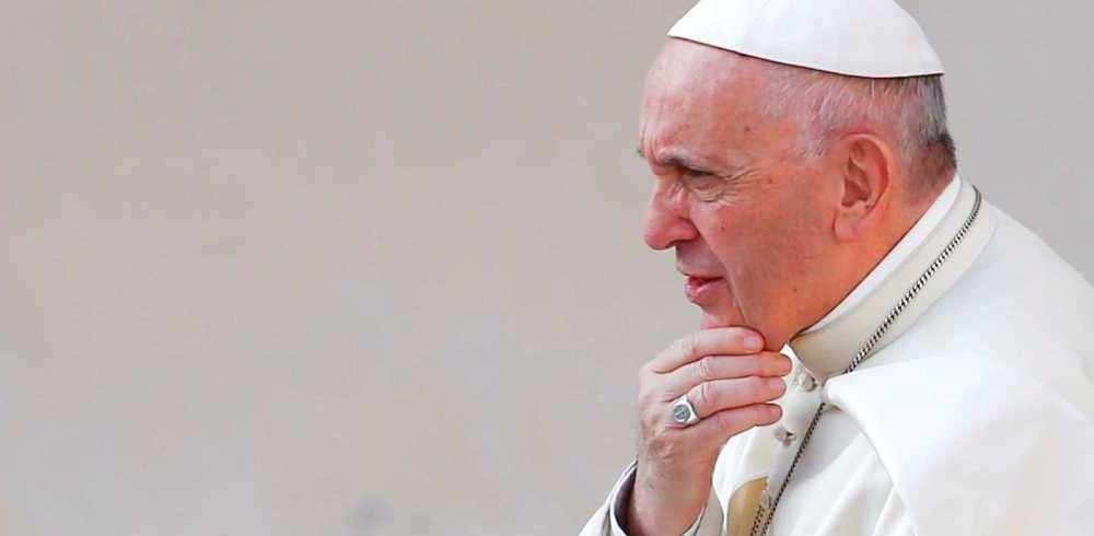 Decreto do Vaticano reafirma que homens gays não podem ser padres
