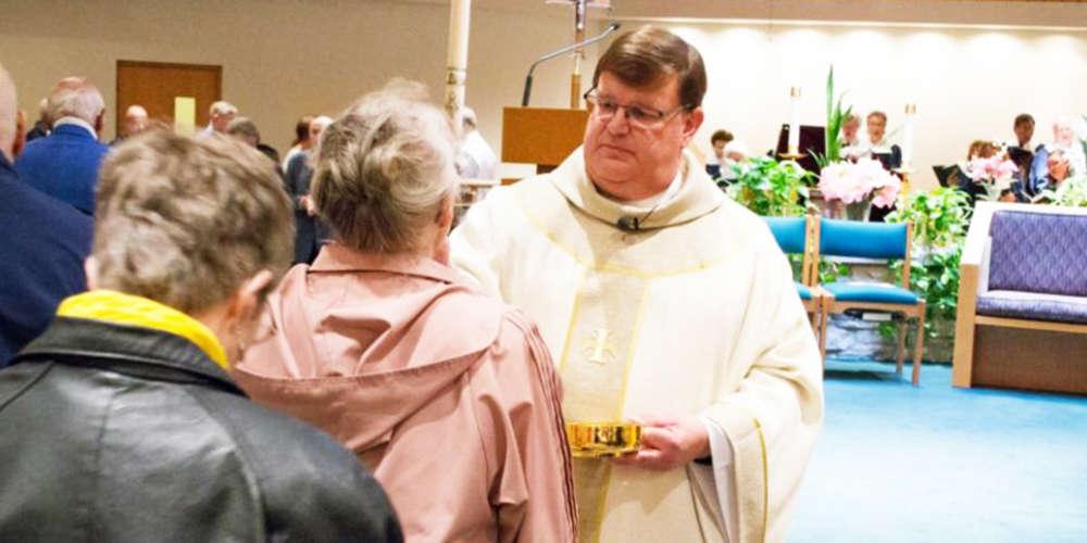 Padre se declara gay durante missa e fieis aplaudem
