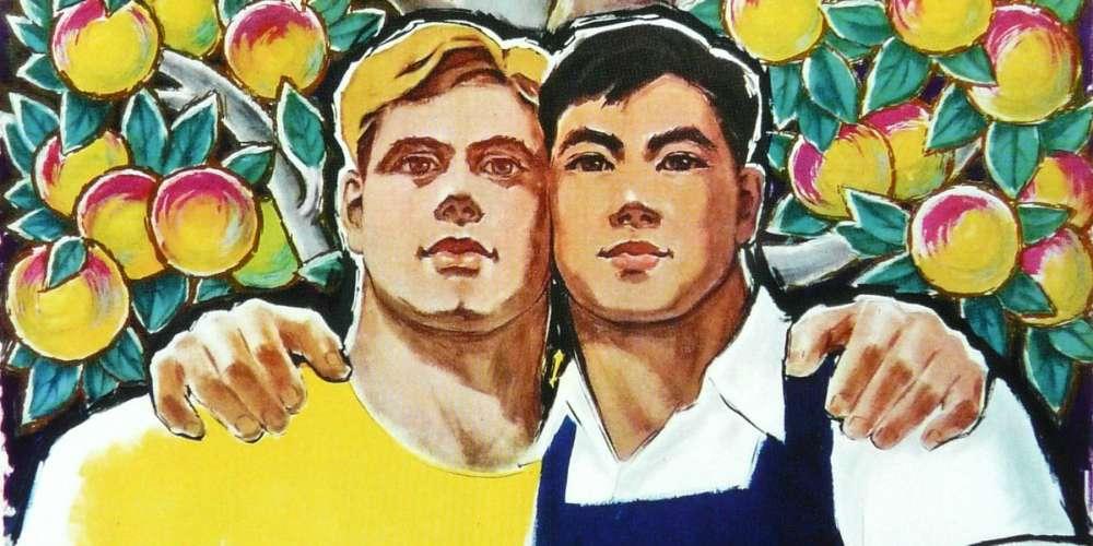 這些中俄共產黨政治宣傳海報看起來像男同志伴侶的度假照