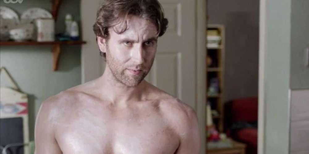 Neville Longbottom de 'Harry Potter' Interpreta a un Chico Malo Semi-desnudo en Nuevo Drama Británico