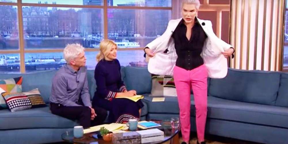 Ken humano remove quatro costelas para usar blazers mais justos