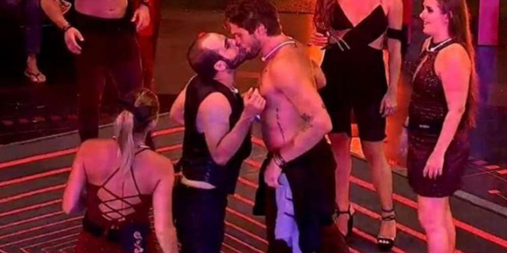 BBB18 pega fogo com beijo na boca de Mahmoud em Lucas e Breno