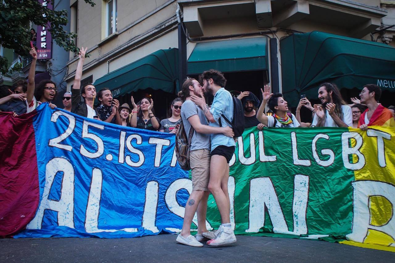 Две команды лесбиянок борьба, баба сосет у мужика видео