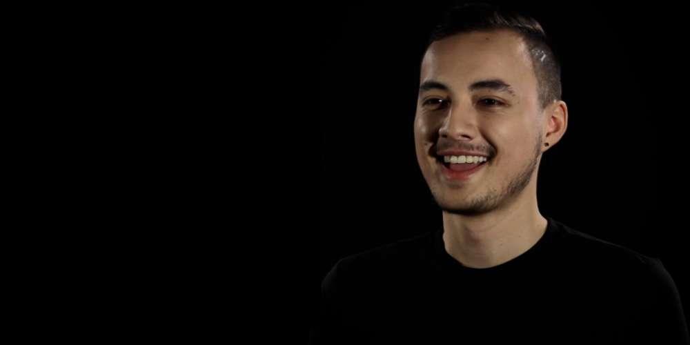 Entre Garçons: Découvrez le portrait d'Alex, gaymer, entrepreneur et militant
