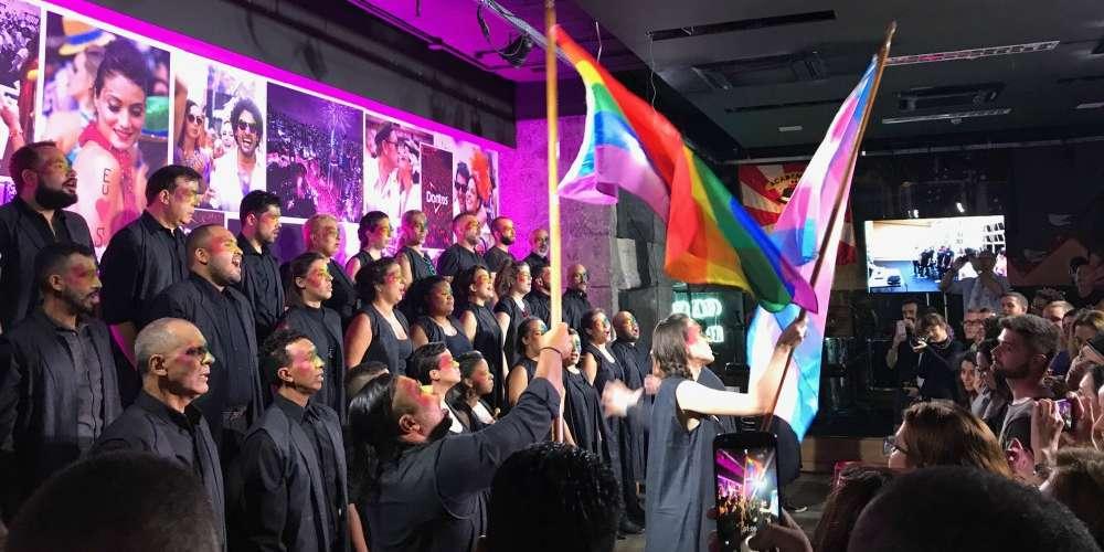 Coral LGBT comemora aniversário com festa, versões de Lady Gaga e Filhos do Arco-Íris. Assista vídeo
