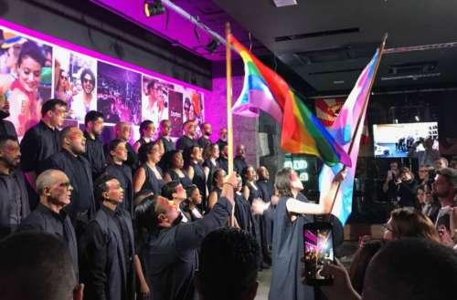 Coral LGBT comemora