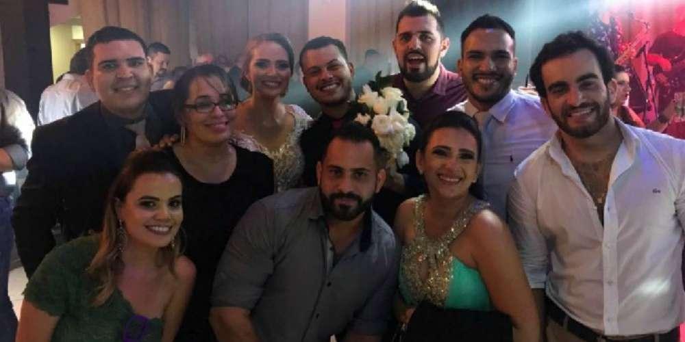 Gay pega buquê e noiva dá lição de diversidade após mulheres protestarem