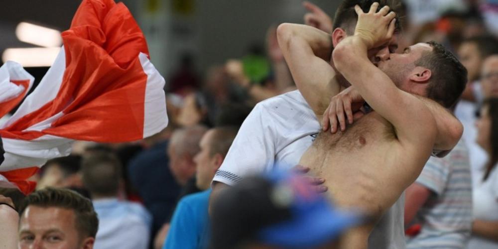 Beijo gay e bandeira LGBTI na arquibancada durante jogo na Copa da Rússia
