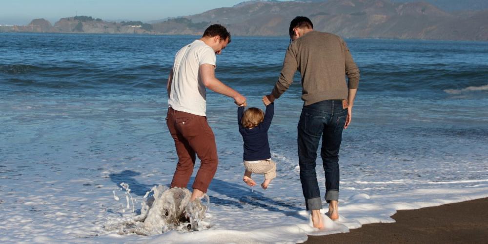 Gays só podem adotar crianças com problemas
