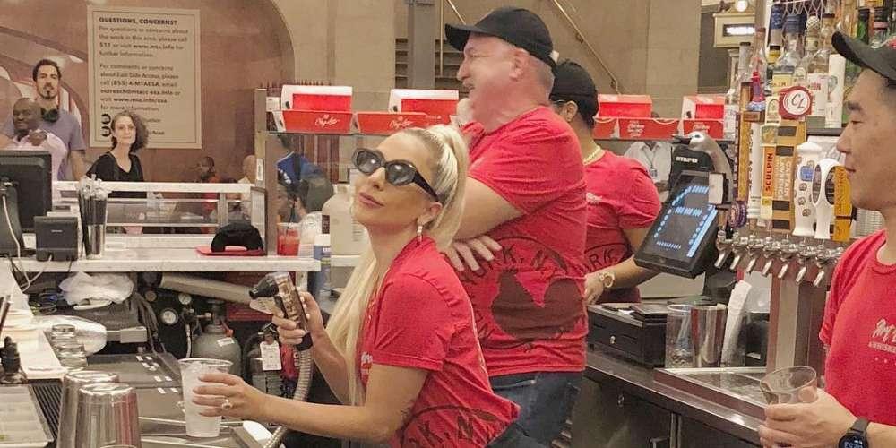 แฟนๆของ Lady Gaga ถึงกับคลั่งเมื่อรู้ว่าเธอกำลังทำงานเป็นพนักงานให้กับร้านอาหารของพ่อของเธอเอง