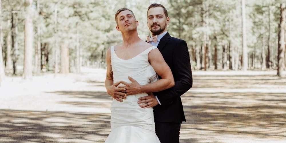 Homem veste vestido de noiva para acalmar seu amigo no dia do casamento