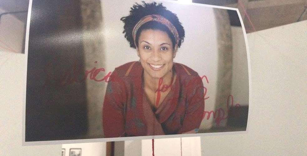 """""""Lésbica foi um mal exemplo"""" aparece em foto de Marielle Franco vandalizada em exposição"""