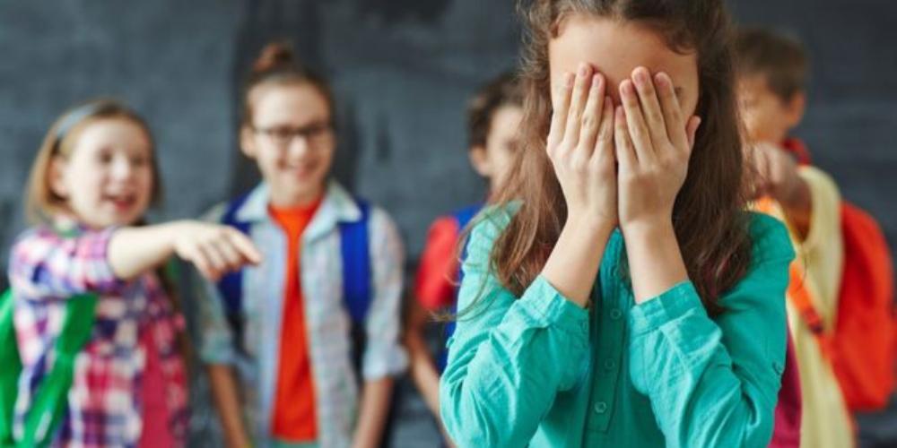 Garota trans usa banheiro feminino em escola e pais de alunos sugerem castrá-la