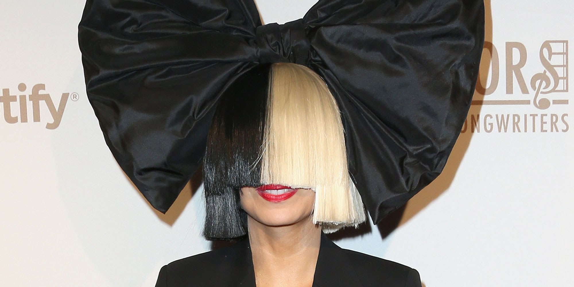 Sia ปฏิเสธถ่ายภาพกับทรัมพ์เพื่อแสดงความเป็นหนึ่งกับแฟนๆเพศทางเลือก ...