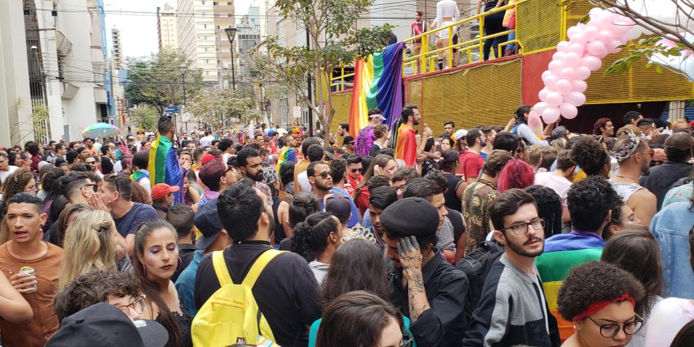 Parada LGBTI reúne quase 10 mil em caminhada pelas ruas de Londrina