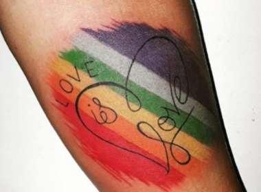 Mãe tatua arco-íris