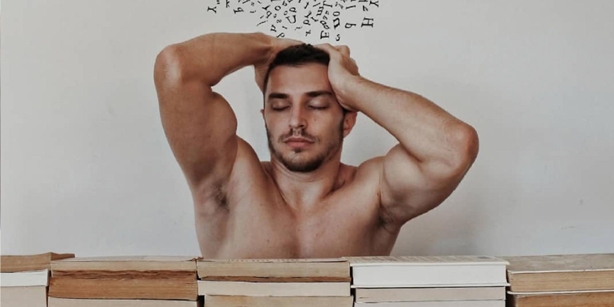 พ่อหนุ่มหุ่นล่ำคนนี้ใช้หนังสือของเขาสร้างผลงานศิลปะสุดเนิร์ด
