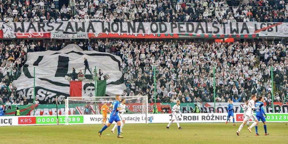 Des supporters polonais déploient une banderole très homophobe lors d'un match à Varsovie
