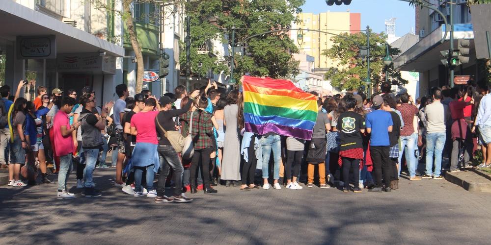 Vereadores acatam veto de prefeito e projeto de lei do Dia do Orgulho LGBT é arquivado em Blumenau