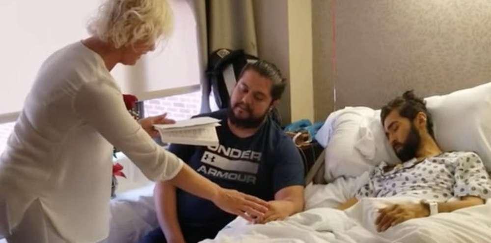 Homem gay em câncer terminal casa com namorado em emocionante cerimônia