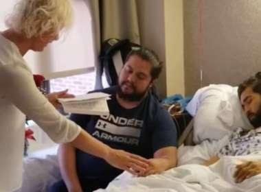 Homem gay em câncer terminal casa com namorado