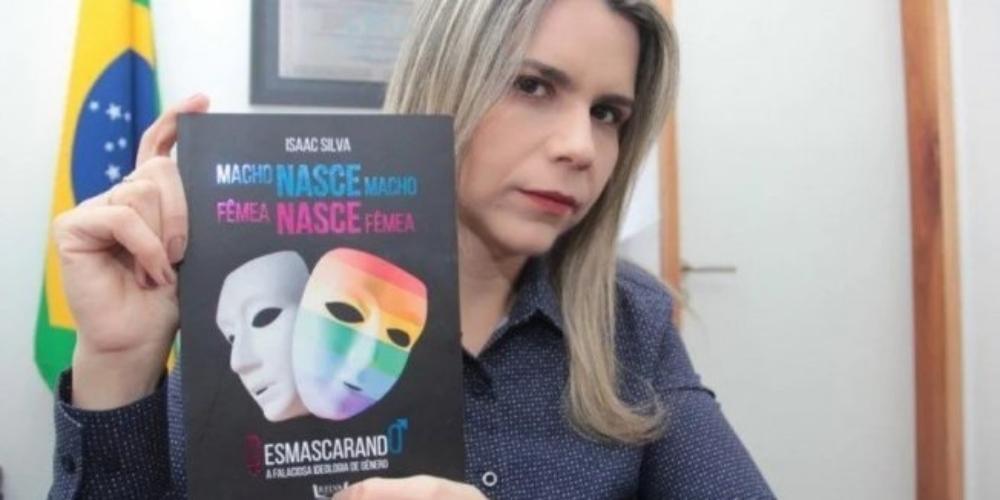 Deputada evangélica distribui livros LGBTfóbicos para espalhar sua intolerância