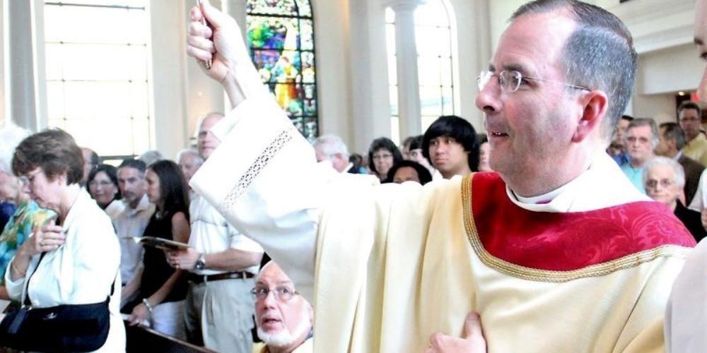 Padre vai preso por roubar dinheiro da igreja e pagar rapazes do Grindr