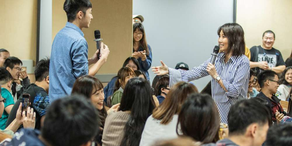 "A-Lin首次大學開講 自爆差一點當女警 登台開唱伸手""指天""感謝外公庇佑"