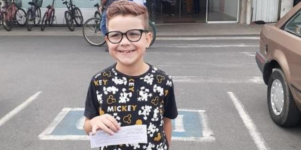 Garoto trans de oito anos comemora novo RG com nome social: Queria ser Dudu