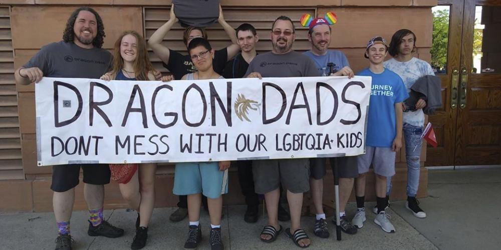 Los «Dragon Dads» son una comunidad en línea que ofrece apoyo a los padres de los niños LGBTQ.