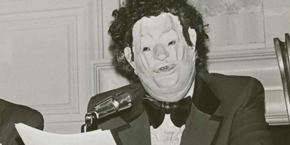 ไม่ใช่ฮีโร่ทุกคนที่สวมผ้าคลุม: พบกับ John E. Fryer จิตแพทย์เกย์สวมหน้ากาก
